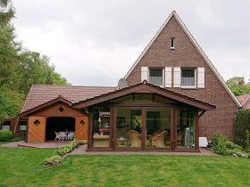 Ansicht Ferienhaus Hasetal, Gartenhaus, Wintergarten und Garage aus dem Garten