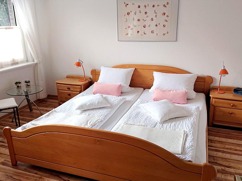Das Bild zeigt das Doppel-Schlafzimmer im Ferienhaus im EG