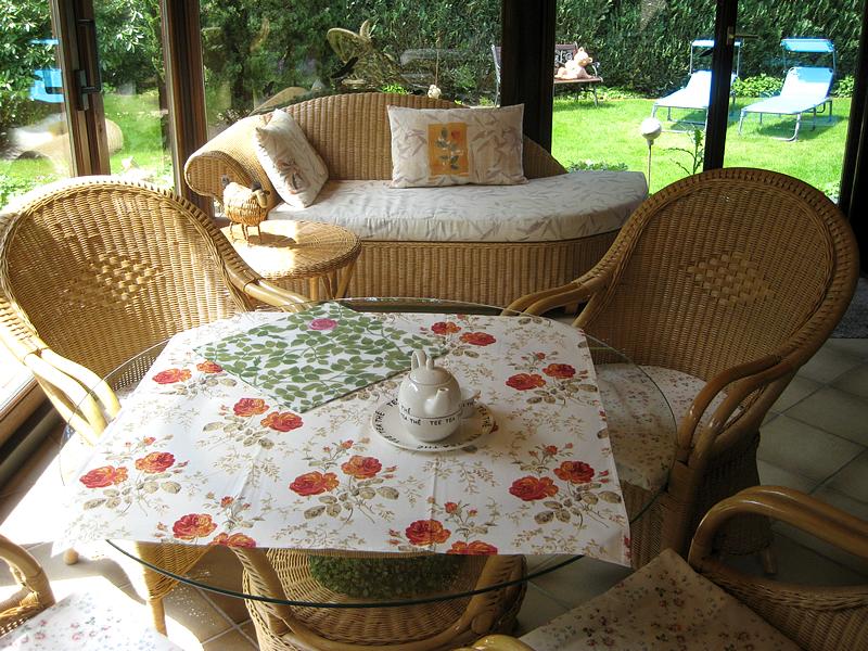 Sitzgruppe und Liege zum Relaxen im Wintergarten