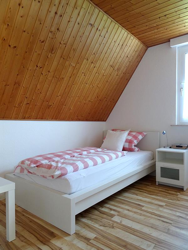 Ansicht 2 vom 3. Schlafzimmer im OG zeigt 140er Bett, Kommode und TV